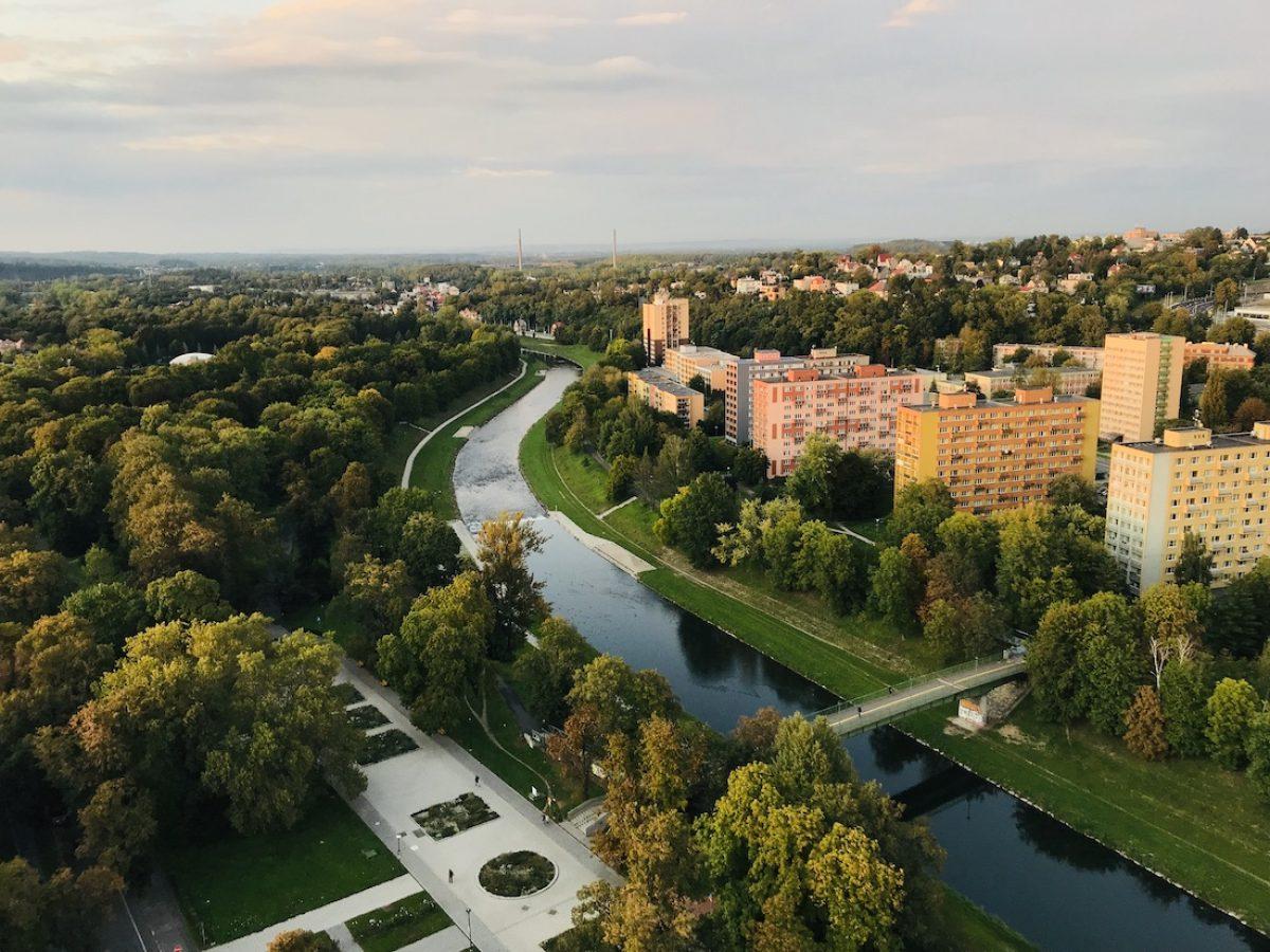 Pasear por la ribera del río Ostravice
