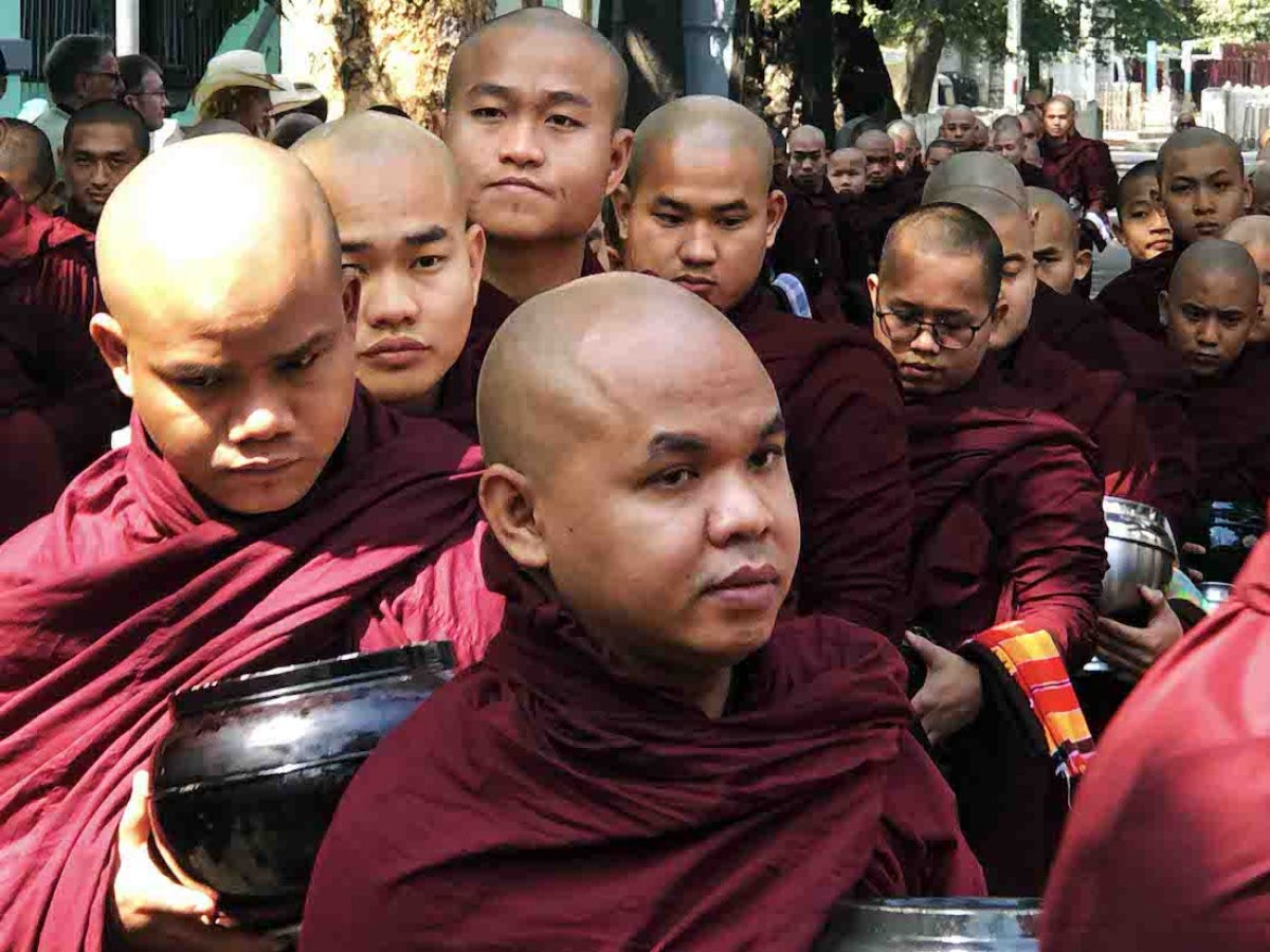 Hora de la limosna en el monasterio Maha-Gandayone (Amarapura)