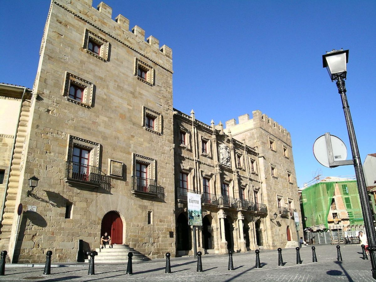 Palacio de Revillagigedo y colegiata de San Juan