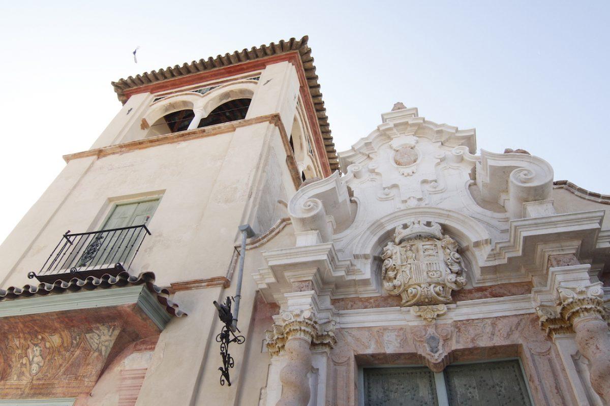 La iglesia de Santiago y el palacio de Peñaflor