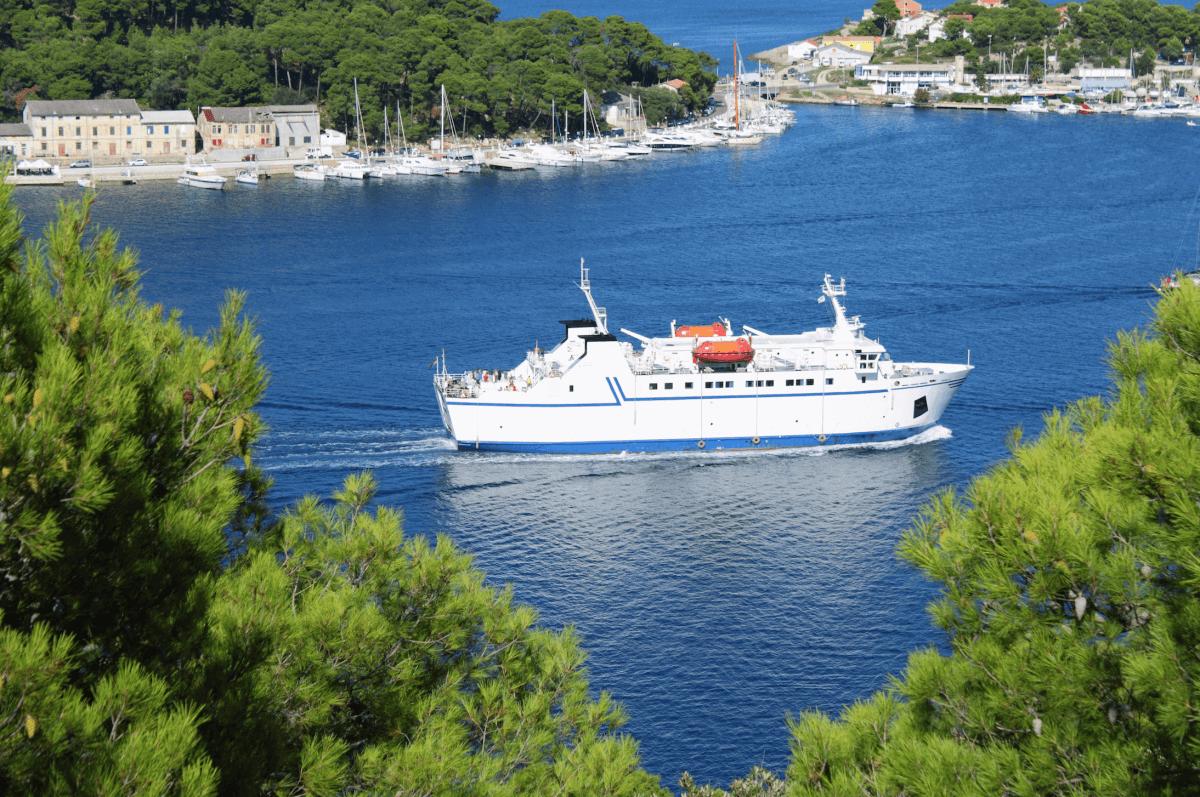 En barco por la costa croata
