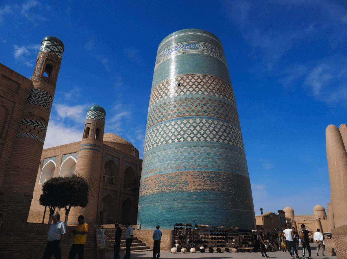 Madrasa Mukhadamin Khan y minarete inacabado Kalta-Minor