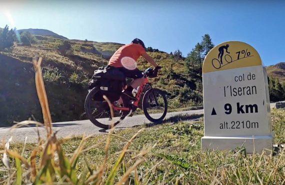 La travesía de los Alpes en bicicleta de montaña